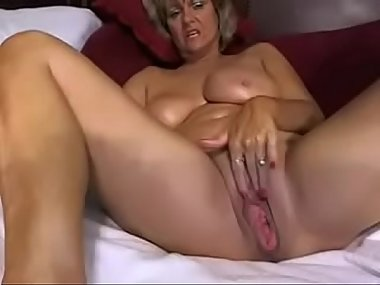 Sexy Milf/Gilf Masturbates on Webcam at VIXENHUB.COM