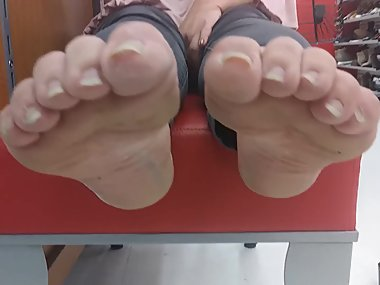 Milf Latina Shows Her Soles Feet
