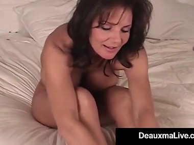 Mature Milf Deauxma Shows Off Toes Feet & Soles In Bed Nude!